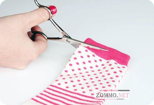 Отрезаем резинку на носке