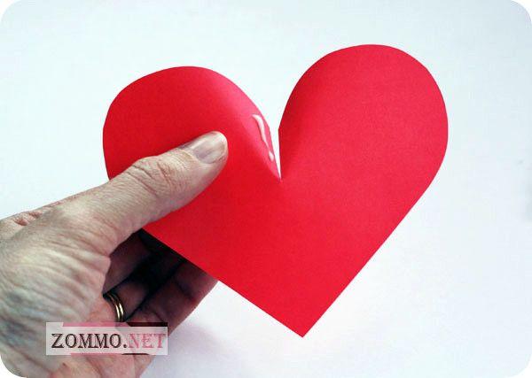 Клеем сердечки из бумаги