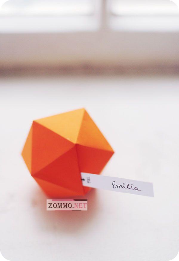 Оранжевая бумажная коробочка