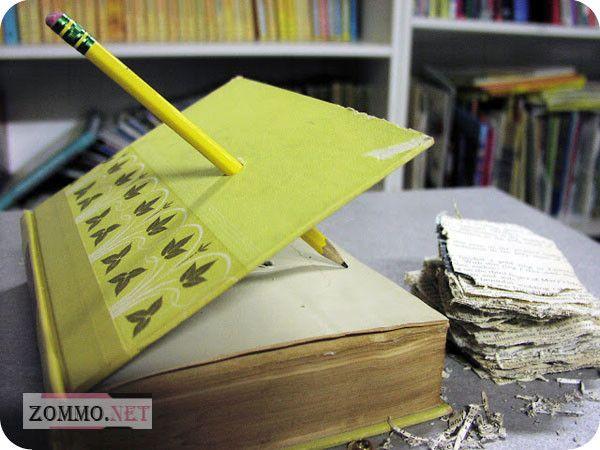 Отверстие в книге для циферблата