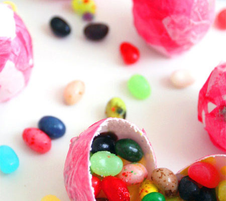 Декупаж яиц к Пасхе со сладостями внутри