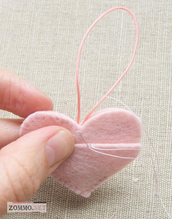 Пришиваем шнурок с сердечку