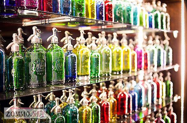 Коллекция разноцветных бутылок
