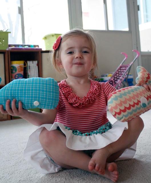 Ребенок с игрушкой кит