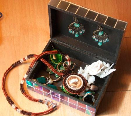 Декоративная шкатулка с украшениями