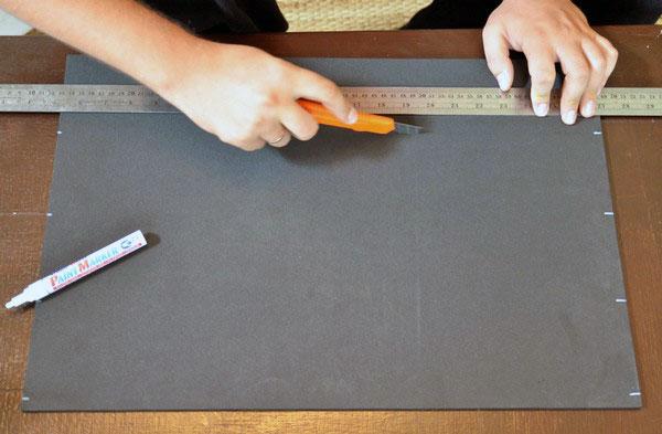 Нарезаем черные квадраты для настенного фотоколлажа