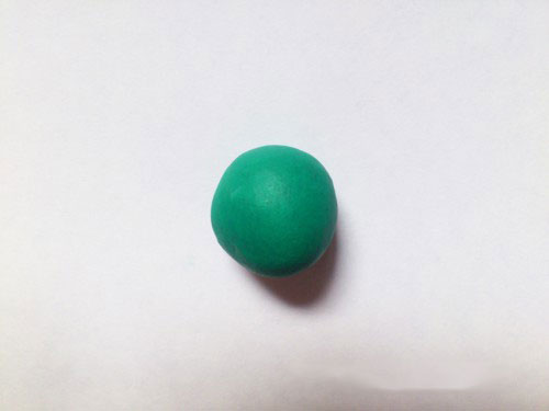 Шарик из зеленого пластилина