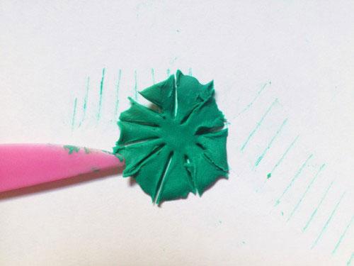 Плоски кружочек из пластилина