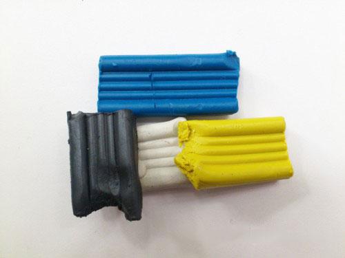 Голубой, синий или фиолетовый, а также желтый и черный пластилин