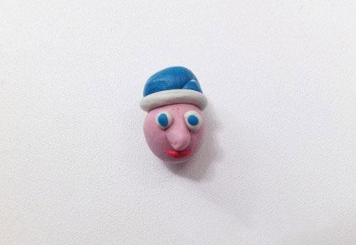 Лицо в шапочке из пластилина