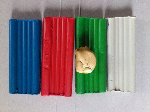 Красный, синий, зеленый и белый пластилин