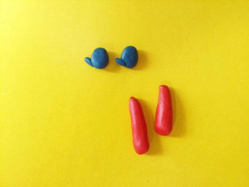 Кусочки красного и синего пластилина