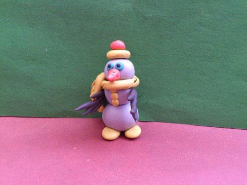 Шарфик и шляпа снеговика из пластилина