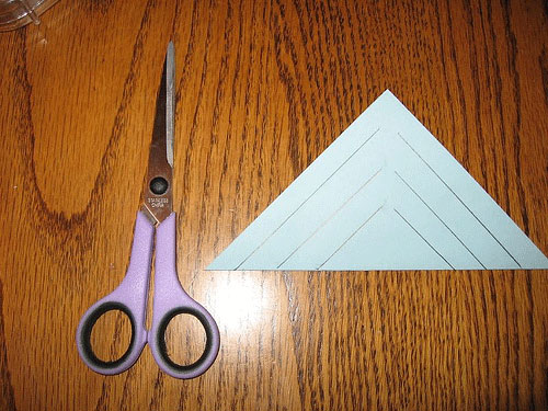 Ножницы и лист бумаги
