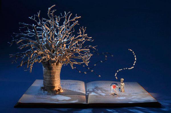 Дерево - скульптура из книги