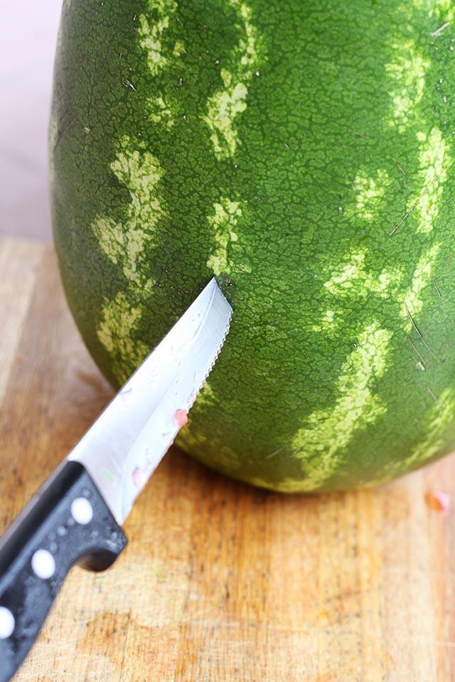 Вырезаем дырку в арбузе