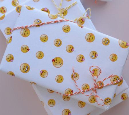 Упаковка для подарка со смайлами