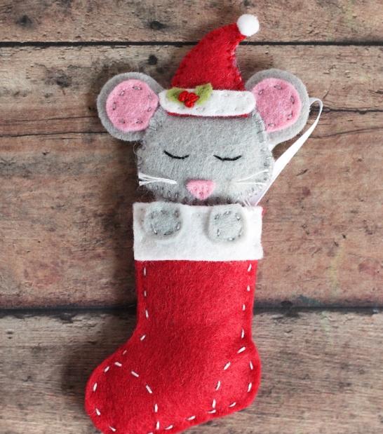 Новогодняя игрушка из фетра в виде носков