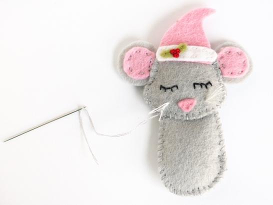 Новогодняя игрушка из фетра Мышка в носочке