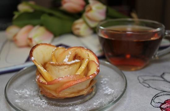розы из яблок и слоеного теста