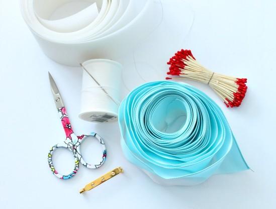 Цветочная брошь из ленты инструменты