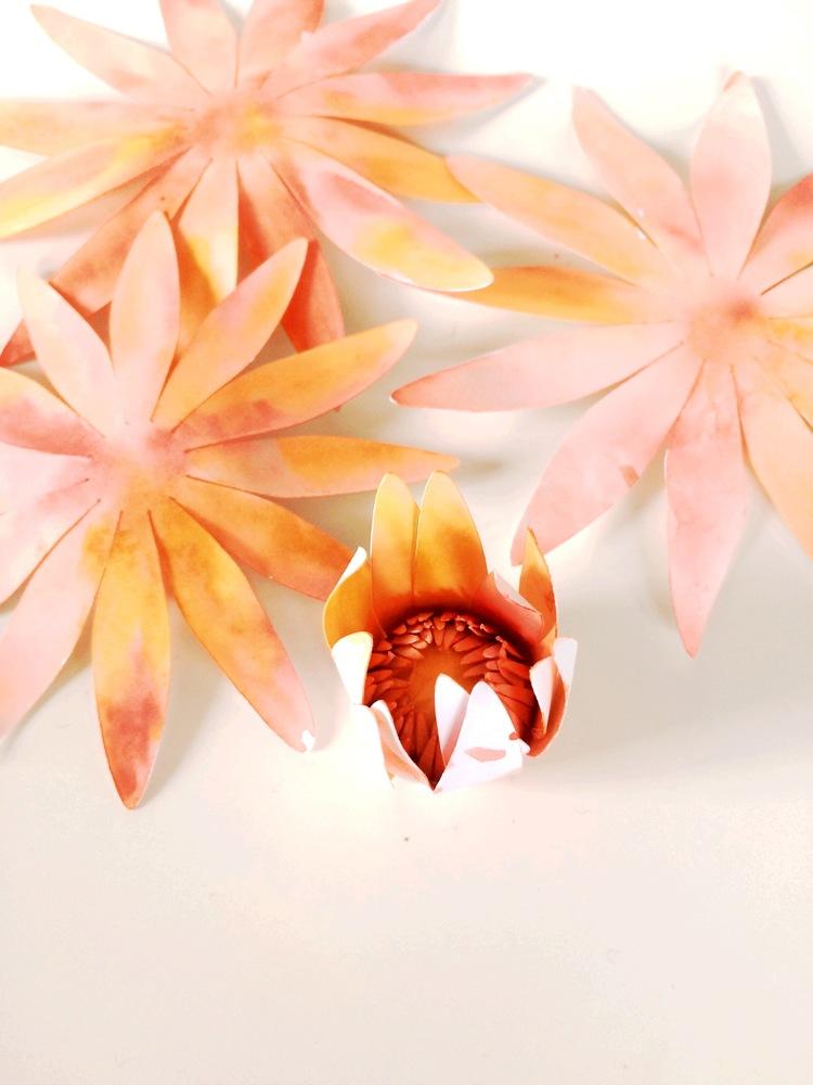 Георгины из бумаги-заворачиваем лепестки вверх