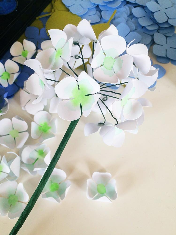 приклеиваем цветок гортензии из бумаги на проволоку