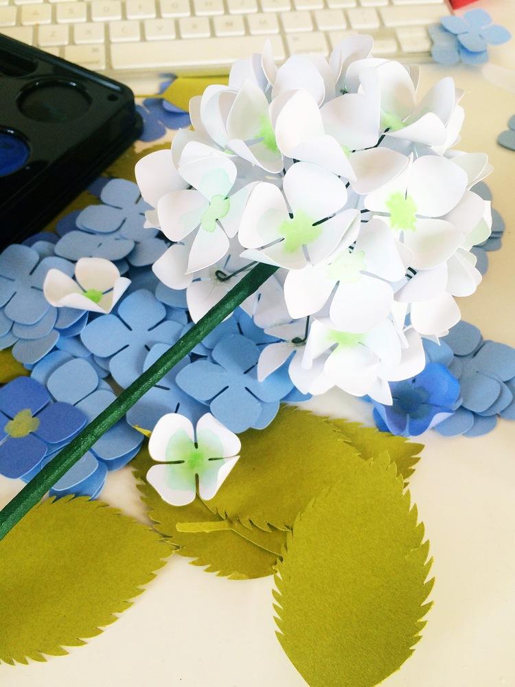 Гортензия из бумаги-цветки приклеены