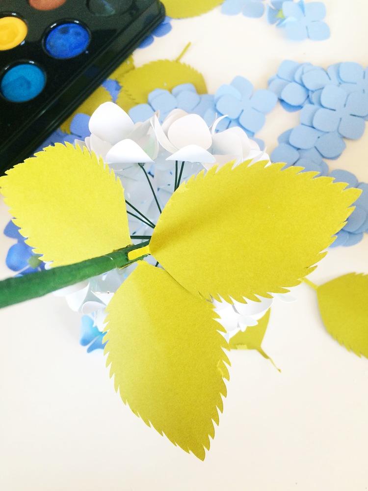 Гортензия из бумаги-приклеиваем листья