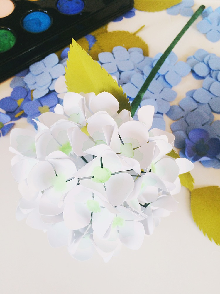 Гортензия из бумаги-фиксируем цветок флористической лентой