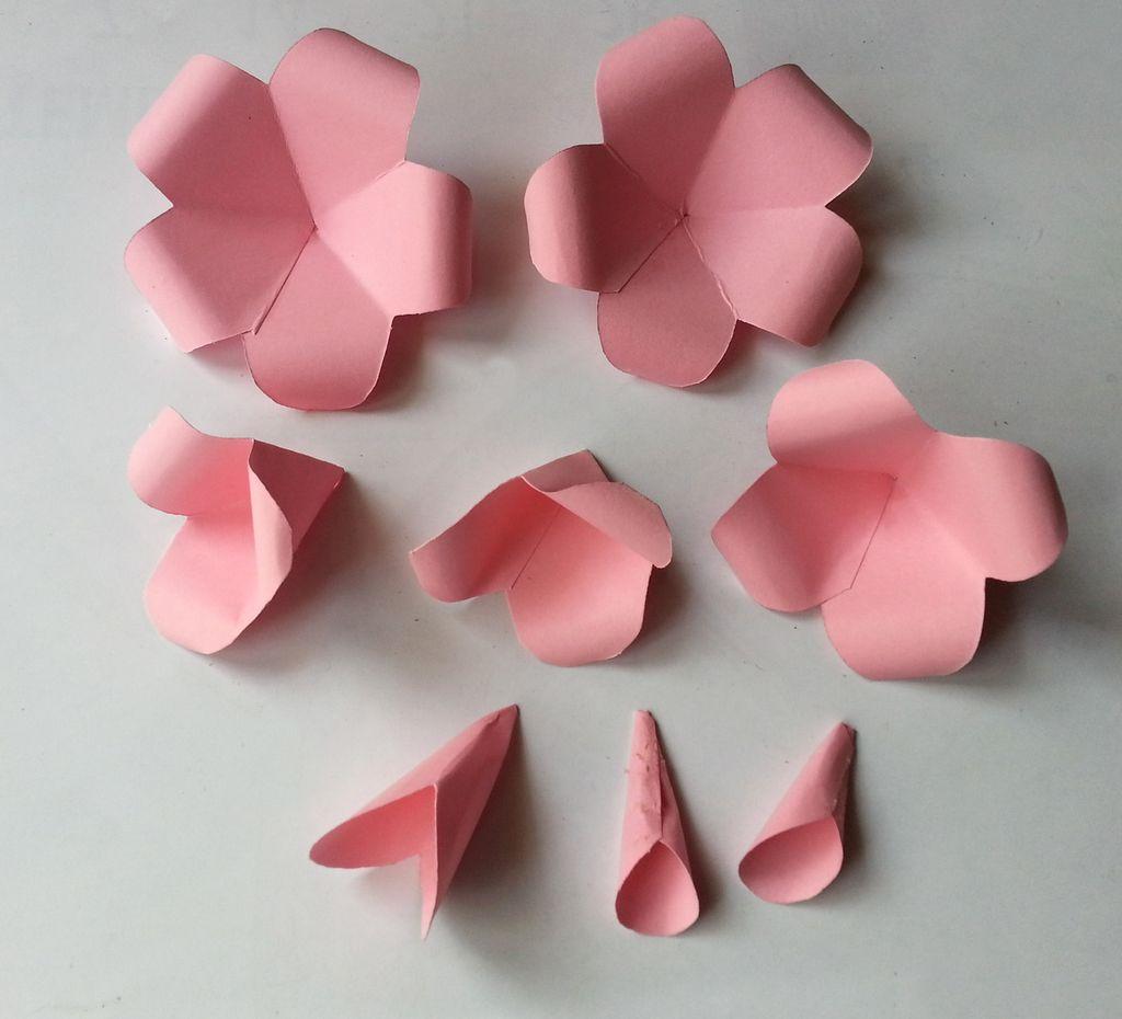Камелии из бумаги-лепестки склеены