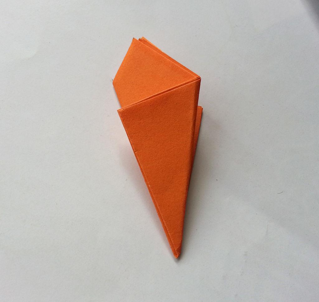 Камелии из бумаги-сворачиваем треугольником
