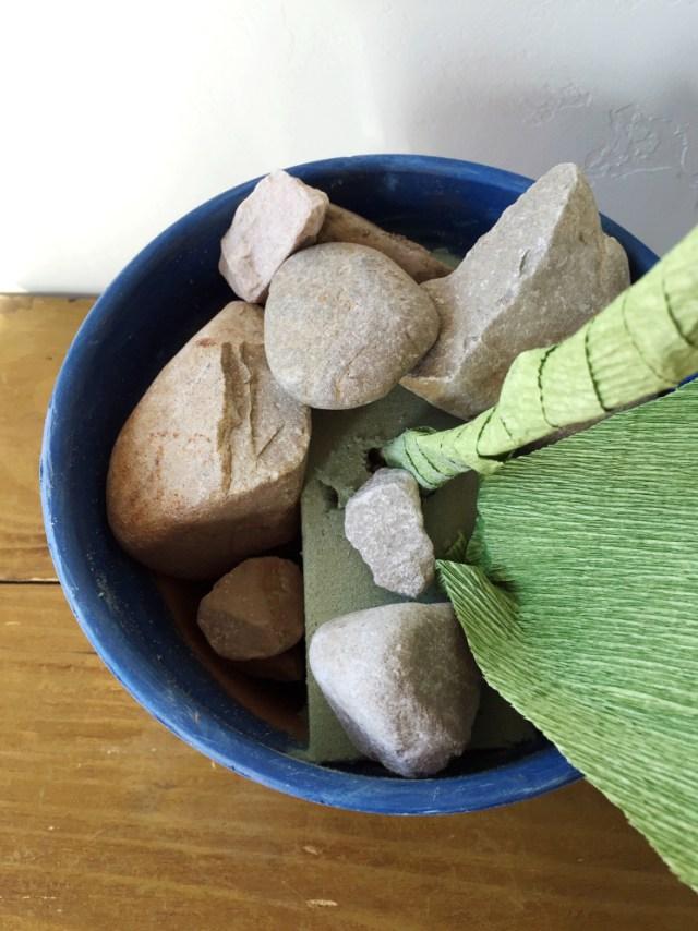 Колокольчики из бумаги-втавляете стебель в флористическую губку