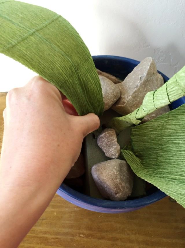 Колокольчики из бумаги-вставляете листья в горшок