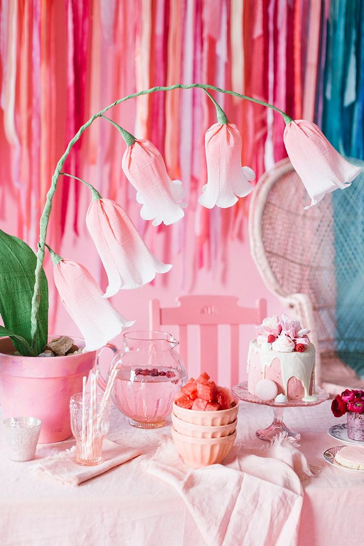 Колокольчики из бумаги розовые на праздничном столе