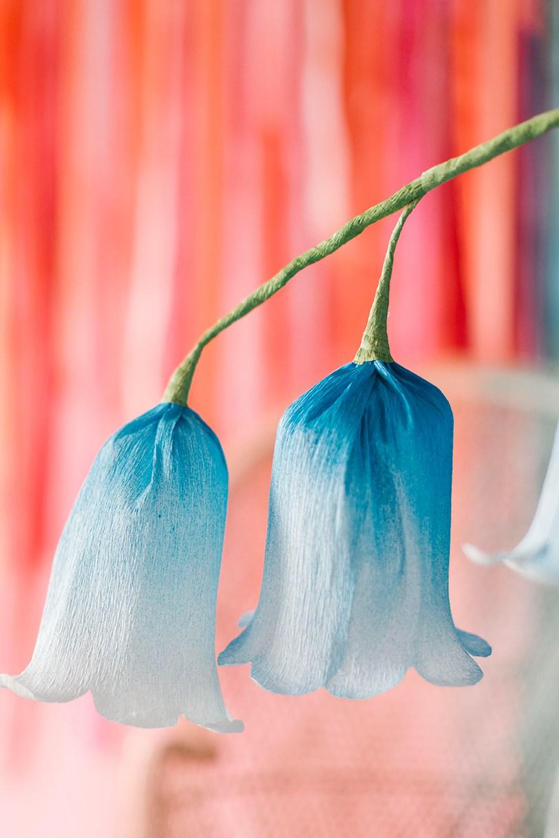 Колокольчики из бумаги голубые-крупный план