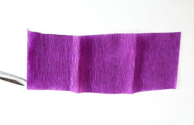Крокусы из бумаги-вырезаем фиолетовую полоску