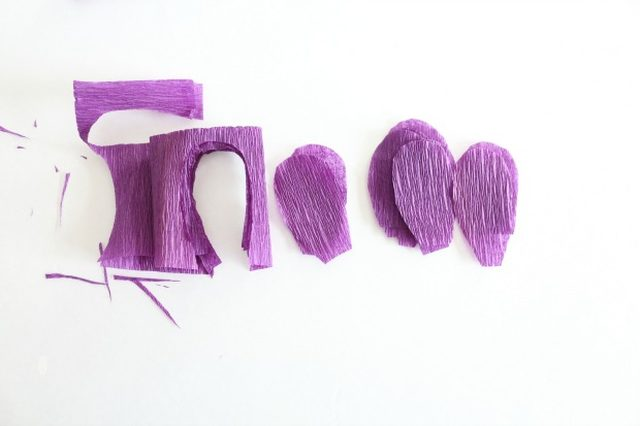 Крокусы из бумаги-вырезаем лепестки