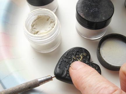 Кулон из глины-добавьте перламутра