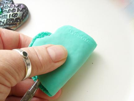 Кулон из глины-придавите текстуру