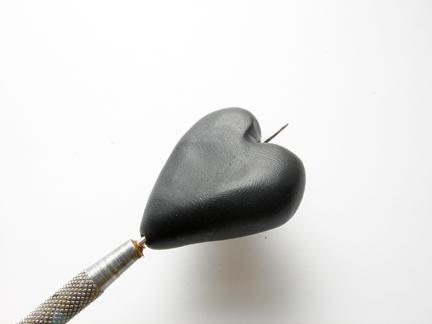 Кулон из глины-сделайте отверстие