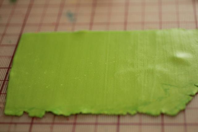 Кулон из полимерной глины-раскатайте глину