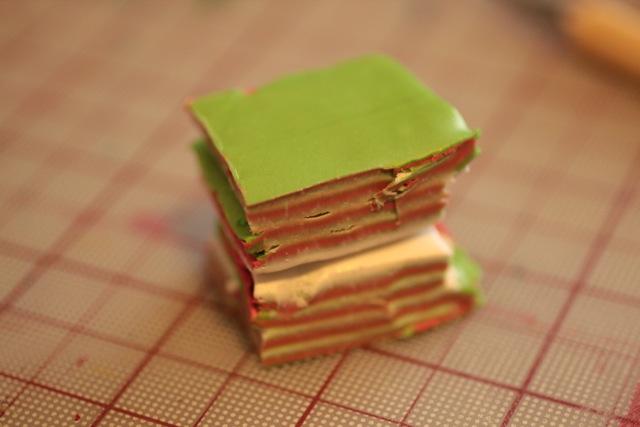 Кулон из полимерной глины-уложите половинки друг на друга