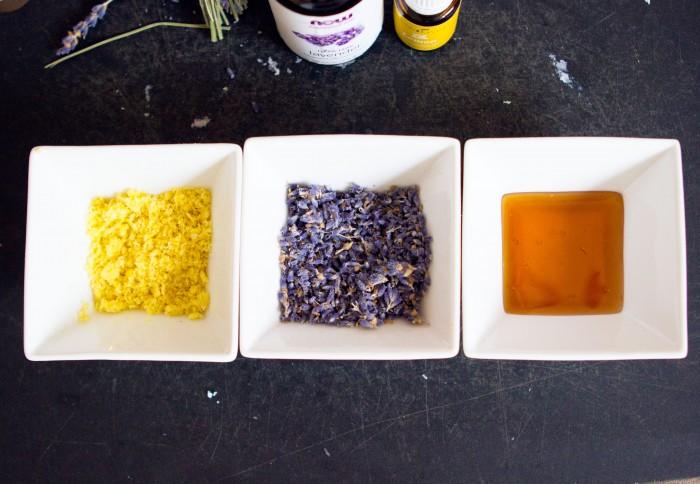 Лавандовое мыло - раскладываем добавки по тарелкам