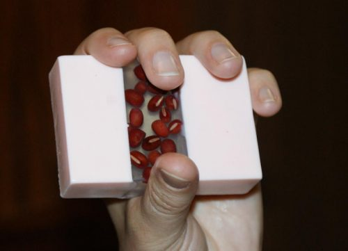 Мыло с фасолью в руке