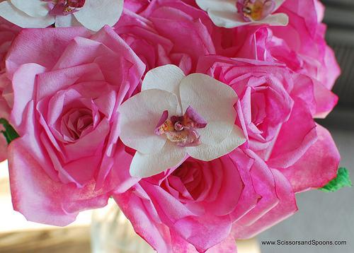 Орхидея из бумаги в букете роз