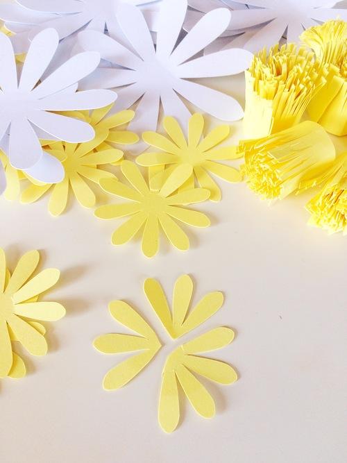 ромашка из бумаги - разрезаем желтые лепестки