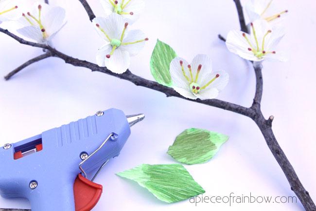 Цветущая вишня из бумаги-клеим на ветку цветы и лепестки
