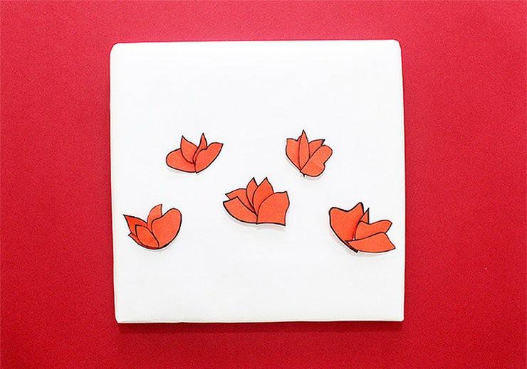 Упаковка подарков в японском стиле-приклеенные цветы