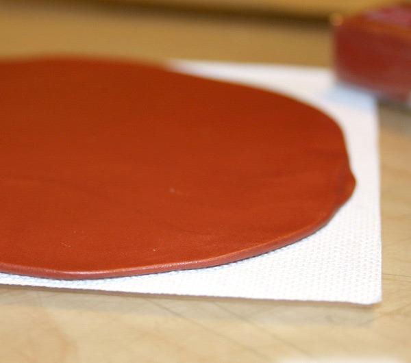 Заколка из полимерной глины-раскатывавем глину